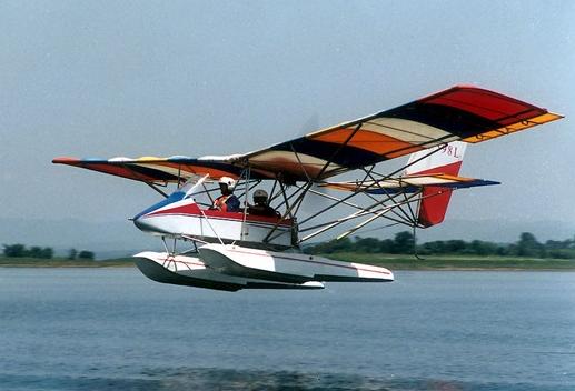 据悉,A2C-L超轻型飞机是特飞所/研究院在A2C水上型投放市场多年并取得商业成功后研制的又一新型号。该机型是在水上型的设计基础上改进改型,于2012年试飞成功,2015年获得中国民航中南局颁发的型号设计批准书。 A2C-L最大起飞重量480千克,最大平飞速度118千米/时,最大航程200千米,它兼具了水上型飞机结构简单、组装及运输方便、安全系数高等特点,其突出亮点是可以在较为平整的草地及土质跑道上实现起降,极大地提高了飞机对环境的适应能力。