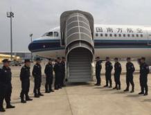 公安部包机从柬埔寨押解38名电信诈骗疑犯回国