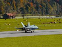 美如画!瑞士战机阿尔卑斯山基地训练