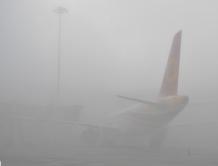 成都机场遭遇大雾 上百航班延误 上万名出港旅客受困机场