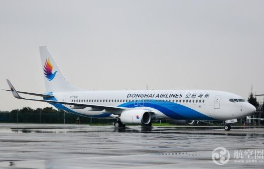 """东海航空,是一家有雄厚实力的新兴航空公司。东海航空将根据""""百亿购机""""计划,加大投资力度,大力引进新飞机。郑州作为东海航空进入中原地区的重要基地,还将陆续开通更多的从郑州始发至全国的航线,同时也将发展更多的中转航线,进一步丰富航线网络布局,打造西北、华东、东北、西南乃至东南亚、南亚的航线网络,实现国内国际航线互相衔接配合的混合型网络布局。给郑州地区人民甚至为全国人民带来更多的航空飞行体验、享受一站式旅行的便捷服务。"""
