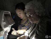 新加坡航空空姐跪地为老婆婆切苹果 被网友点赞