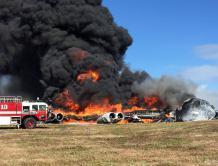 美国B-52轰炸机坠毁关岛 火烧空军机地7人逃生