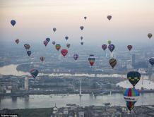 英国伦敦举行热气球比赛 为市长基金募集善款