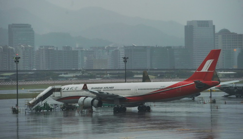 上海航空客机引擎异常返回台北松山机场