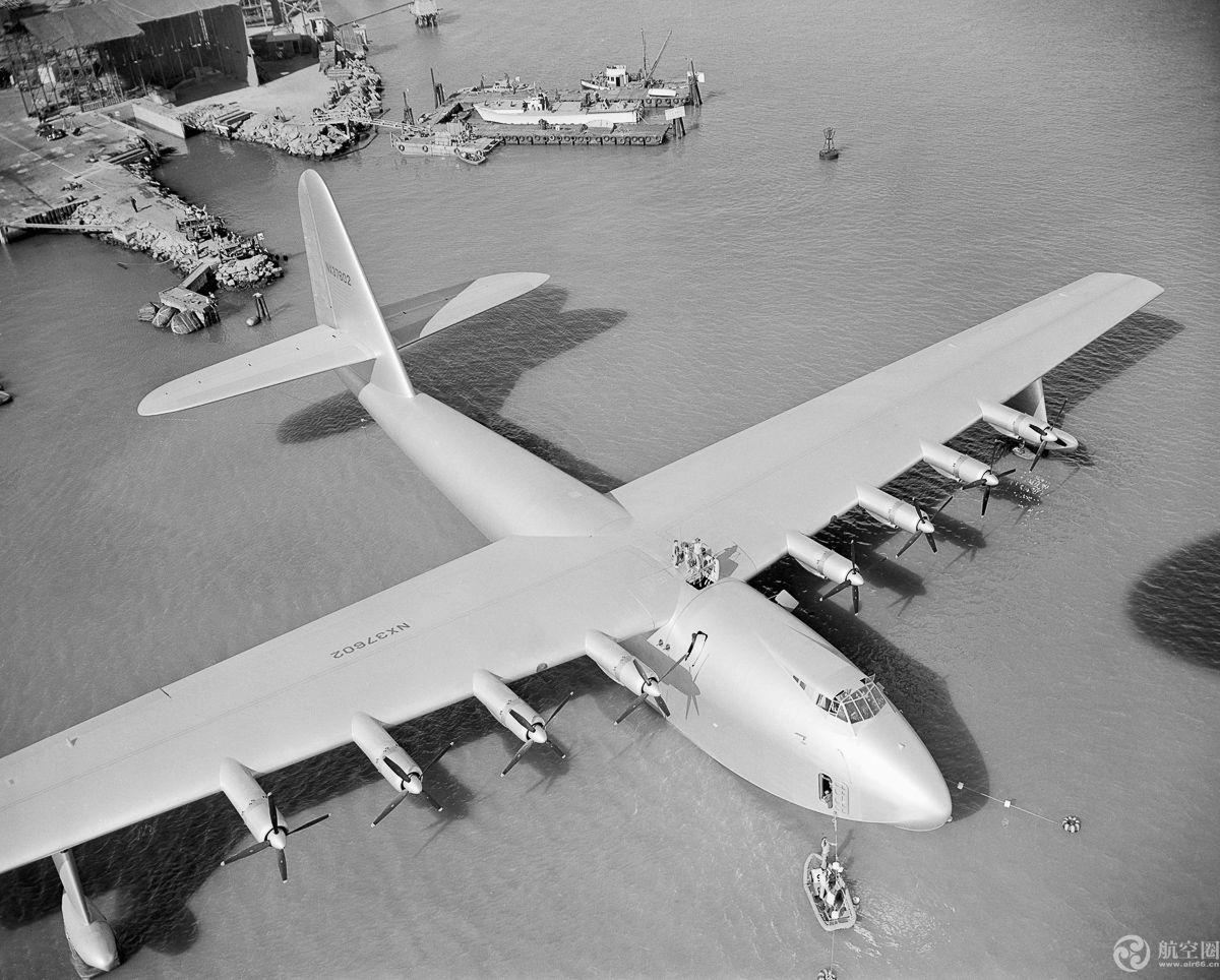 世界最大飞机首次亮相 翼展达117米 比足球场还长