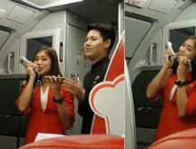 航班延误乘客不满  空姐献歌人美歌甜 乘客掌声一片