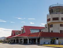 """台湾一机场被讥""""蚊子机场""""3年仅1飞机起降  员工急合影"""