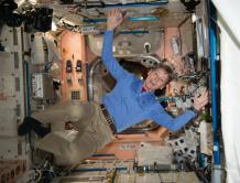 美国女宇航员停留太空665天返回地球 刷新美国纪录