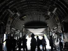 美军C-17大型运输机亮相新加坡航展  观众可进舱体验拍照