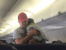 飞机上孕妇妈妈无力照顾哭闹幼童  陌生男抱起孩子全程帮哄