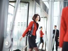 可能告别黑丝袜 港龙航空空姐最快3年后可穿长裤值勤