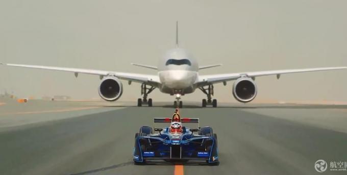 电动赛车与空客A350和波音787飞机在跑道上比拼速度