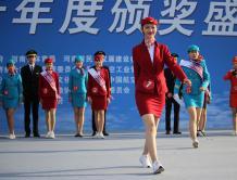 郑州航展上准空姐穿制服旗袍走秀