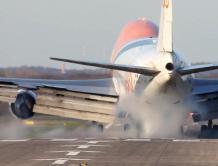 俄罗斯一架SSJ100飞机试飞时起落架发生故障 耗完油硬着陆