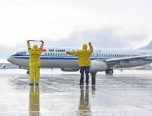 当大雨遇上暑运高峰 机务冒雨坚守在机坪