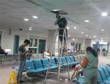 """台湾桃园机场候机室漏水成""""小瀑布"""" 天花板掉落 旅客尖叫"""