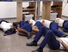 """空姐飞行员""""睡地板照""""流出 航空公司认为影响形象开除6人"""