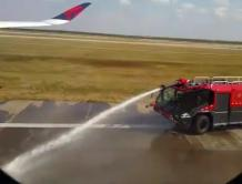 达美飞机上海机场正起飞突然有飞机冲进跑道 急刹车停飞