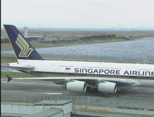 """世界最大客机A380降落日本机场""""走错路"""" 滞留滑行道30分钟"""