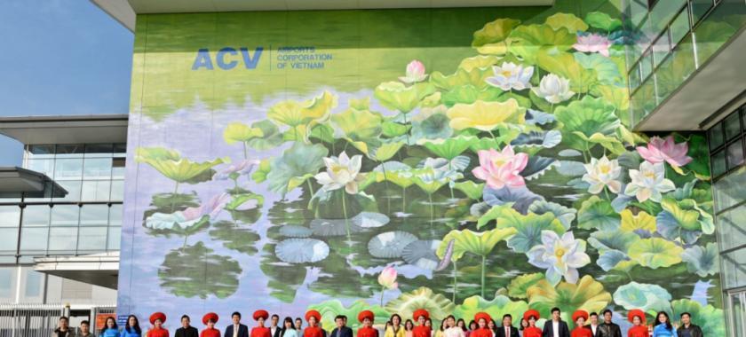 """画家在越南河内机场创作出 """"世界最大露天壁画"""""""