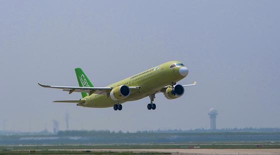 中国国产C919大型客机第四架机顺利转场山东试飞