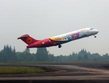 中国国产喷气式支线飞机ARJ21亮相四川航展并进行展示飞行