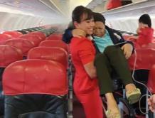 """乘客插鼻胃管 空姐一把""""公主抱""""下机 航空公司老板狂赞"""