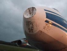 俄罗斯一飞机遭遇雷击 雷达罩被击凹