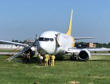 美国一架波音737飞机起飞时冲出跑道 导致两条跑道关闭