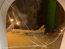 失恋女子飞机上耍酒疯砸破玻璃窗 航班紧急中途备降
