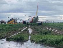 越南一架客机风雨中降落时冲出跑道  机组人员停飞接受调查