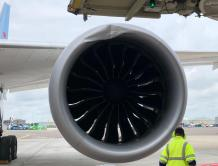 拖车惹的祸?荷兰一架波音787被拖时撞上廊桥 发动机受损