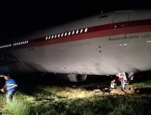 印尼鹰航一架空客A330起飞前反向滑行 结果滑出跑道陷入草地