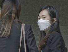 故意用激光笔伤害香港警察 國泰前空姐袭警罪成立获刑3个月