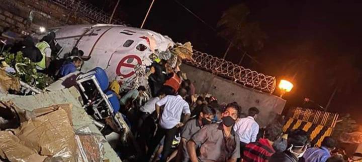 印度一撤侨航班降落冲出跑道跌到10米山下断2节 至少20人死