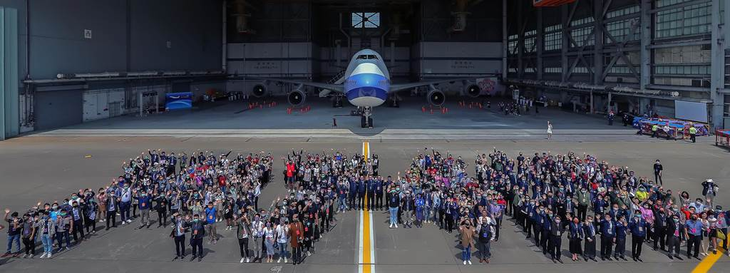 全球最后1架波音747-400客机退役 中华航空员工挥泪告别