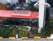新加坡一辆机场巴士撞上机场高架轨道柱翻车 3人受伤